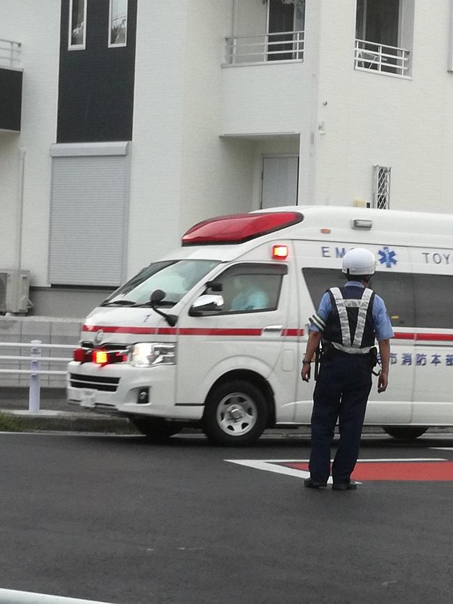 豊明市二村台1丁目交差点2 救急車