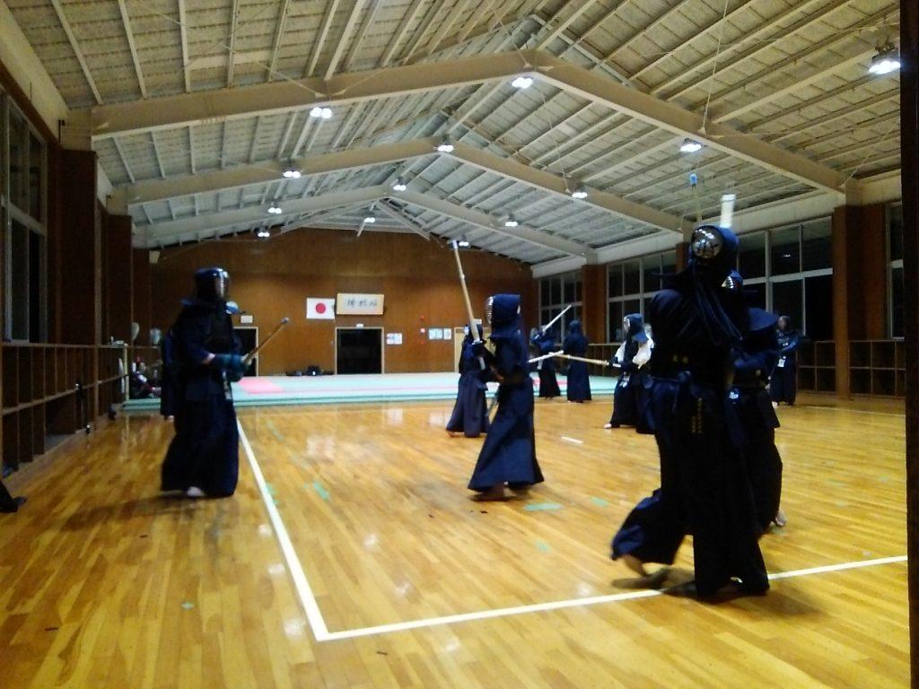 豊明中学校で剣道の練習
