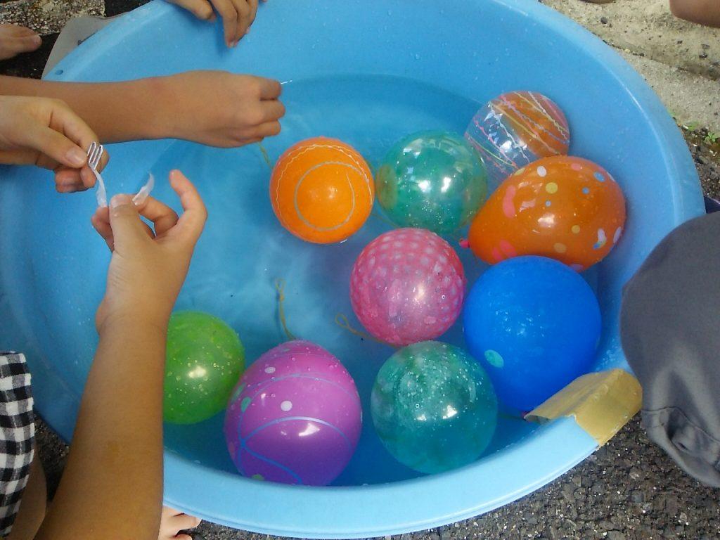 三崎小学校で水風船すくい