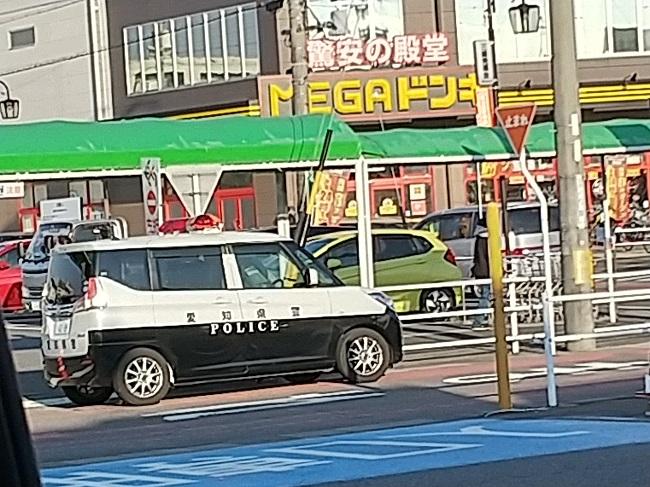 ドンキ豊明店の前のパトカー